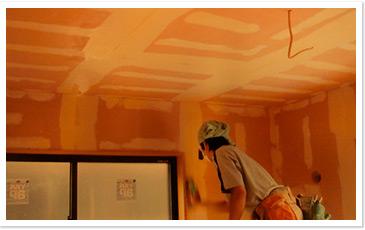 抗酸化健康住宅の建設に欠かせない特殊溶液(商品名「いきいきコート))のコーティング作業。壁面のコーティングは抗酸化工法の基本作業だ。
